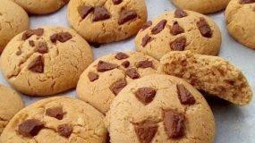 Εύκολα και τραγανά μπισκότα με κακάο και κομμάτια κουβερτούρας