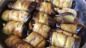 Ρολάκια μελιτζάνας γεμιστά με τυρί σκεπασμένα με φέτα και σάλτσα ντομάτας