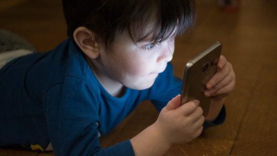 Έρευνες αποκαλύπτουν: Ο εθισμός του παιδιού στις οθόνες προκαλεί την ίδια ζημιά με το εθισμό στο αλκοόλ & τις ουσίες