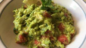 Συνταγή για σαλάτα με αβοκάντο, φέτα και ντομάτα