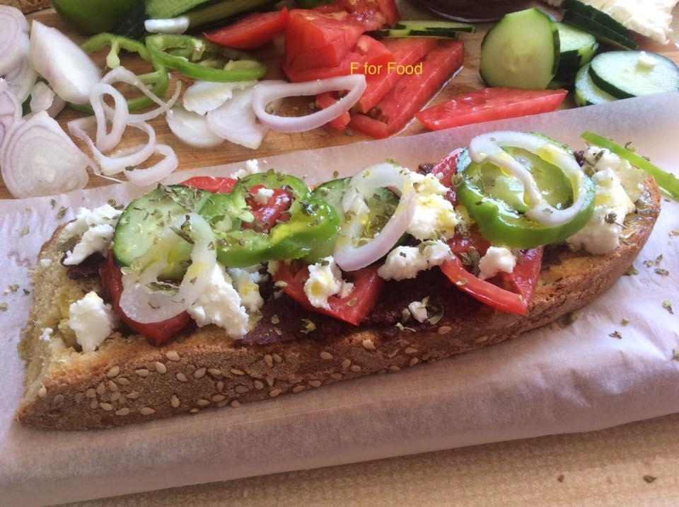 Χωριάτικη σαλάτα σε σάντουιτς-Ένα γρήγορο και θρεπτικό κολατσιό!