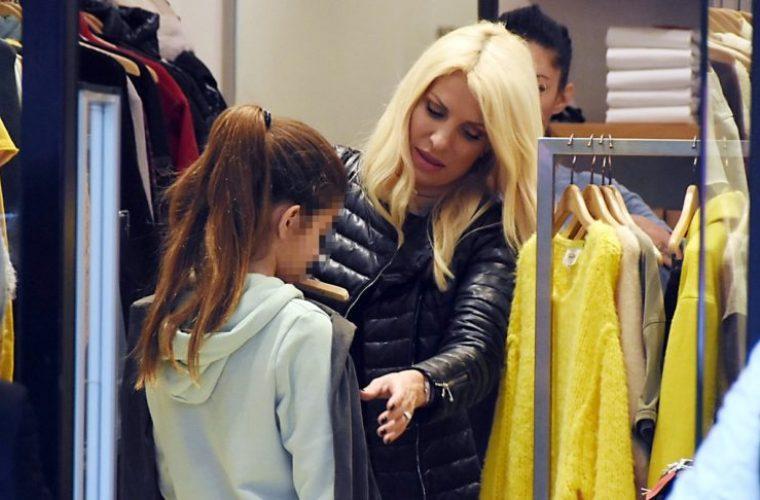 Ελένη Μενεγάκη: Για ψώνια στην Κηφισιά με τη μεγάλη της κόρη
