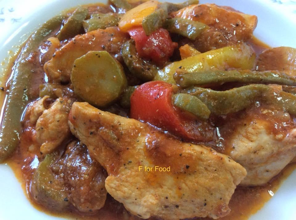 Κοκκινιστό φιλέτο κοτόπουλο με φασολάκια, πιπεριές και κολοκυθάκια