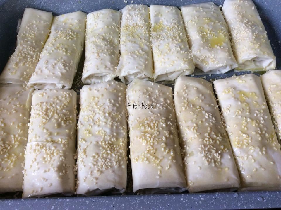 Ρολάκια με γαρίδες, πιπεριά, τυρί, μυρωδικά και σουσάμι