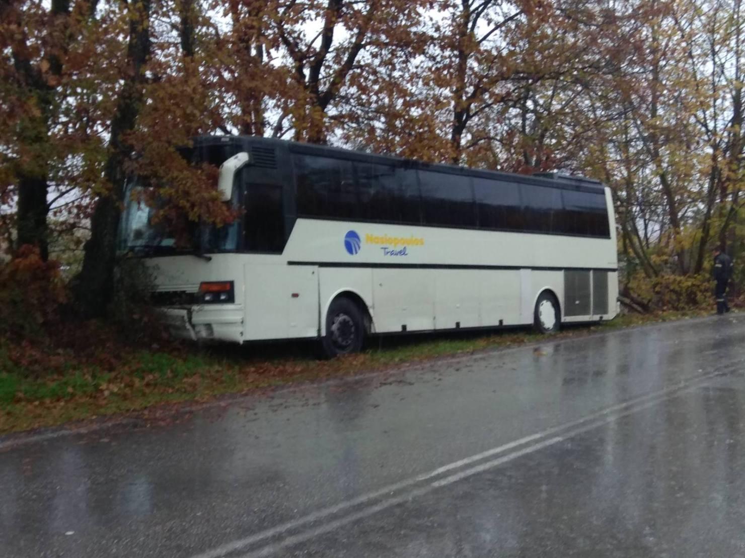 Εκτροπή λεωφορείου με 37 μαθητές έξω απ' την Καλαμπάκα μετά από σύγκρουση