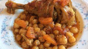 Κόκορας κοκκινιστός με ρεβίθια στην γάστρα και πράσινη σαλάτα με μέλι και μουστάρδα