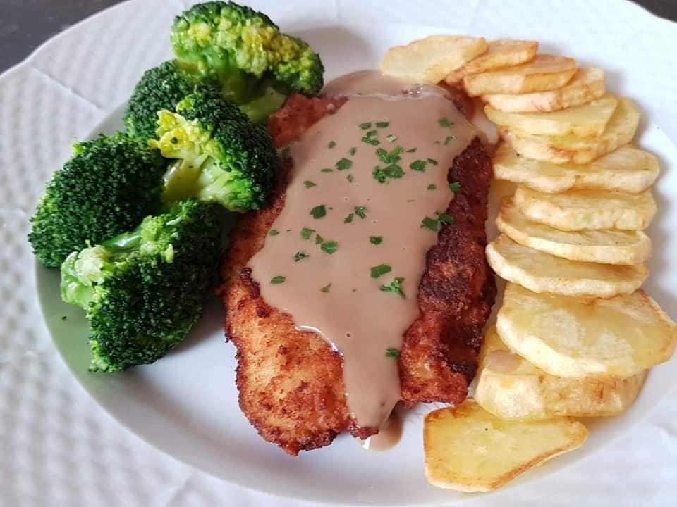 Σνίτσελ κοτόπουλο με Braun σως, μπρόκολο και τηγανητές πατάτες