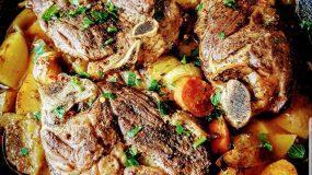 Αρνίσιες μπριζόλες με κάρυ και σκορδάτες πατάτες στον φούρνο