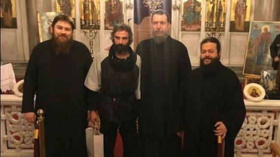 Αγνώριστος σε εκκλησία ο Άρης Σερβετάλης (εικόνες)