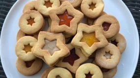 Αφράτα μπισκοτάκια βουτύρου γεμιστά με μαρμελάδα σε γιορτινά σχέδια!