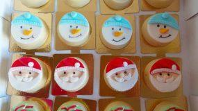 Γιορτινά γεμιστά μπισκότα :Εύκολη συνταγή για γεμιστά μπισκότα με επικάλυψη κουβερτούρας και χριστουγεννιάτικα σχέδια από ζαχαρόπαστα
