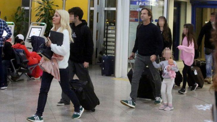 Η Ελένη Μενεγάκη στο αεροδρόμιο με τα παιδιά της και τον Μάκη Παντζόπουλο (εικόνες)