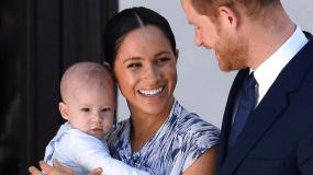 Η φάτσα της χρονιάς: Νέα φωτογραφία του μικρού Αρτσι στην αγκαλιά του πρίγκιπα Χάρι (εικόνα)