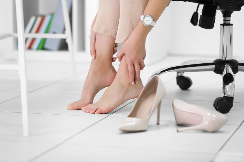 Έχεις κότσι στα πόδια; Δες γιατί σχηματίζεται, πως θα το προλάβεις και τι να κάνεις για να το αντιμετωπίσεις