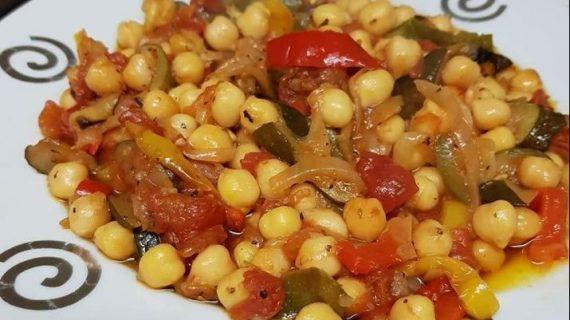 Πεντανόστιμα ρεβίθια με διάφορα λαχανικά στο φούρνο
