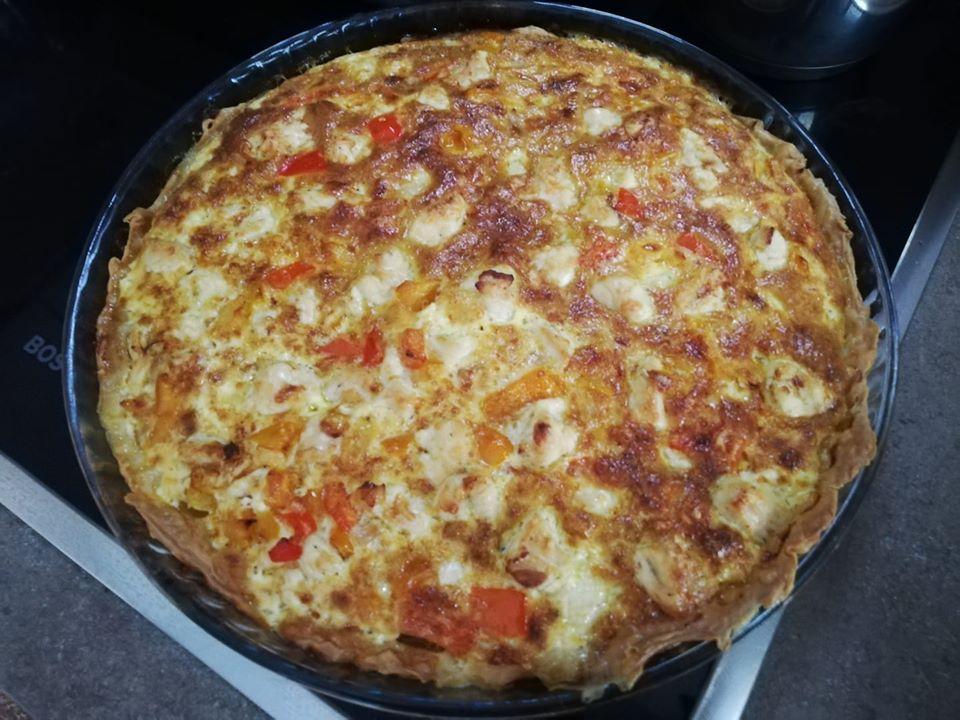 Αλμυρή τάρτα με κοτόπουλο, πιπεριές, τυρί και κρεμά γάλακτος