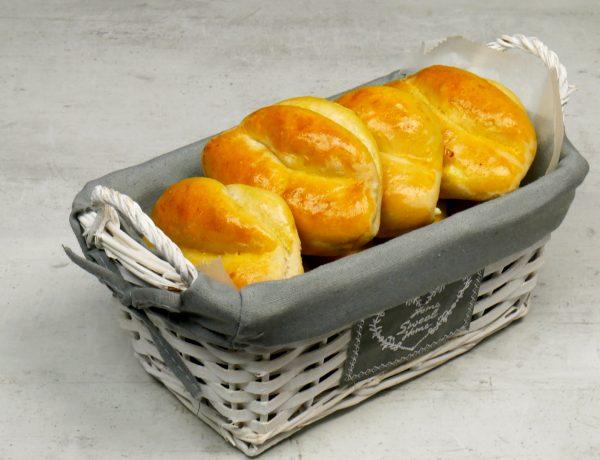 Αφράτα τυροπιτάκια με ζύμη γιαουρτιού ιδανικά για κολατσιό