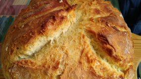 Ζυμωτό ψωμί στην γάστρα σπιτικό και αφράτο