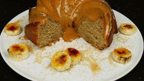 Πεντανόστιμο κέικ μπανάνας με πούδρα αμυγδάλου και καστανή ζάχαρη