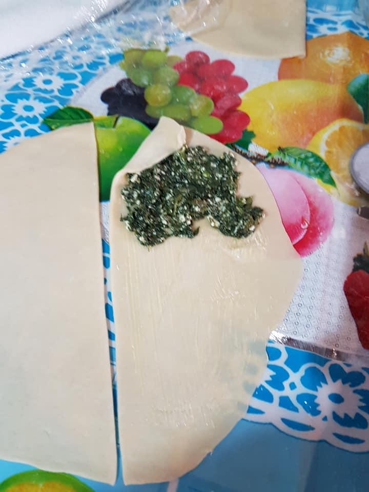 Σπανακοτυρόπιτα σε σχήμα λουλουδιού από χωνάκια ζύμης