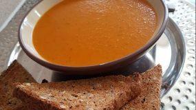 Ντοματόσουπα βελουτέ με καρότα και βασιλικό
