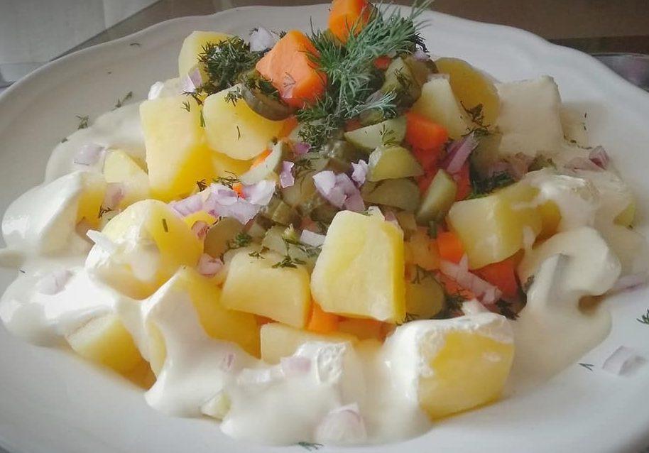 Δροσερή πατατοσαλάτα με αγγουράκι τουρσί γιαούρτι και μαγιονέζα