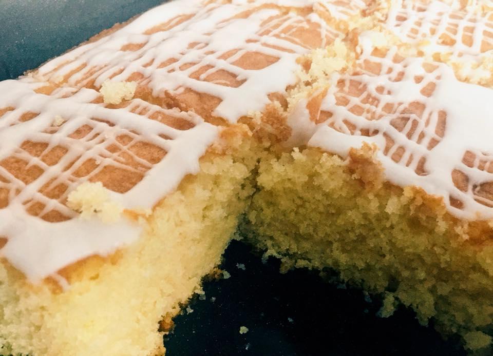 Αφράτο κέικ ταψιού λεμόνι με επικάλυψη από γλάσο λεμονιού