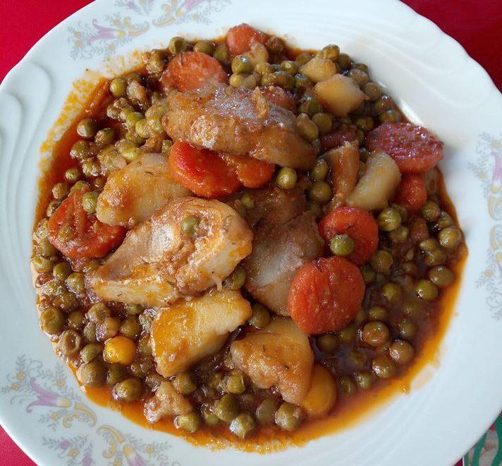 Αρακάς κοκκινιστός με αγκινάρες καρότα και πατάτες