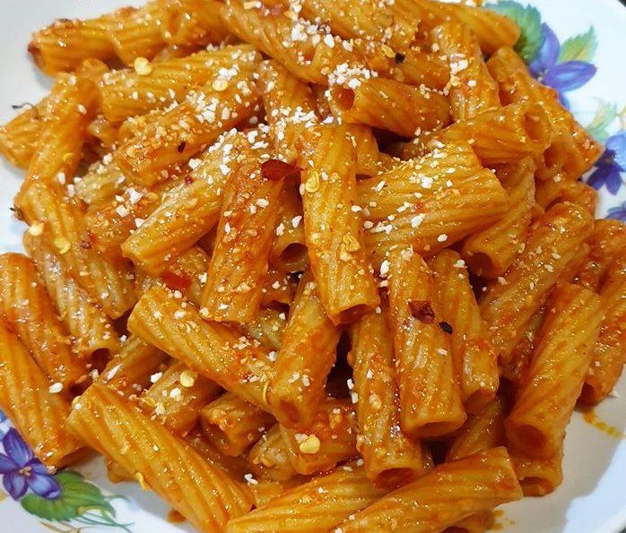 Πικάντικα ριγκατόνι με σάλτσα σκόρδου και παρμεζάνα.