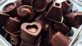 Σοκολατάκια με γέμιση από πραλίνα bueno και ολόκληρο φουντούκι. Με μόνο τρία υλικά
