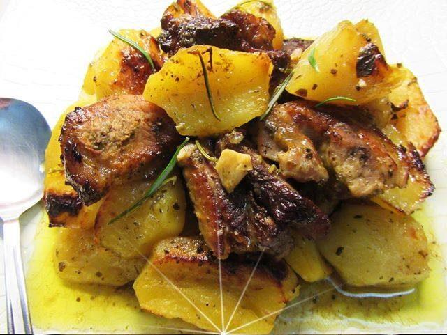 Χοιρινή σπάλα με πατάτες, δενδρολίβανο & άρωμα πορτοκάλι της Γωγώς Σαμίου