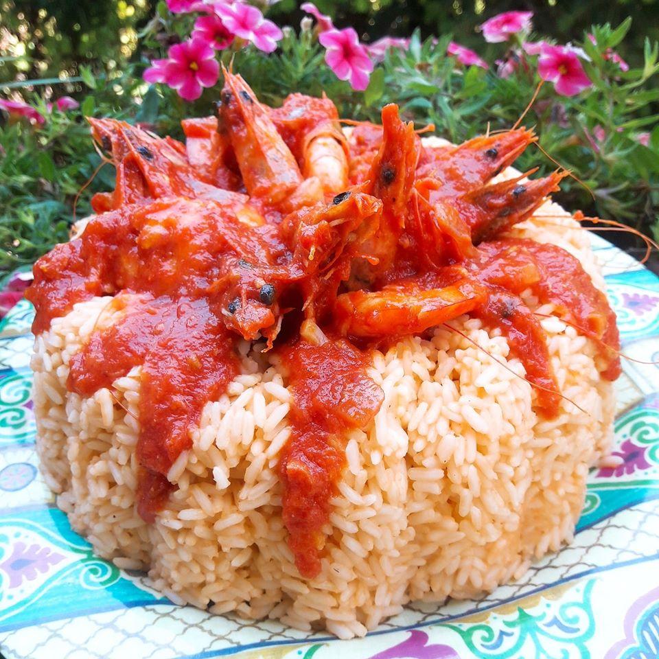 Γαρίδες με σάλτσα ντομάτας και ρύζι σε φόρμα ιδανικό για μπουφέ