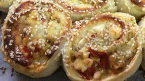 Ρολάκια κοτόπουλου με πιπεριές, τυρί και σουσάμι ιδανικά για πάρτι