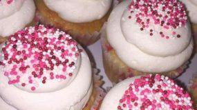 Φανταστικά cupcakes βανίλιας με βουτυρόκρεμα και χρωματιστή τρούφα ,ιδανικά για το παιδικό πάρτυ.