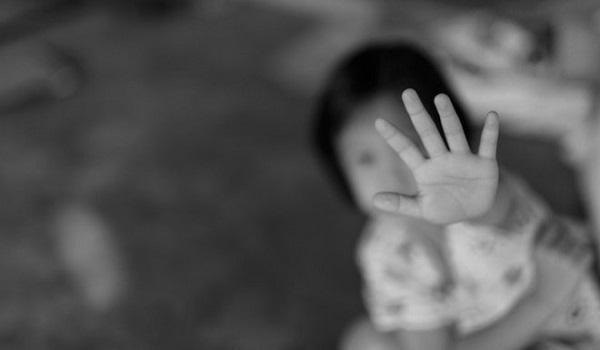 Κομμωτής αποπλανούσε στο μπάνιο κορίτσια ηλικίας 4-11 ετών και η μάνα γνώριζε