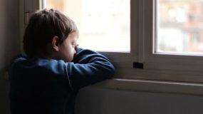 Πιθανή προσωρινή επιμέλεια στη γιαγιά των τριών παιδιών που άφηνε η μάνα μόνα τους για να δουλέψει
