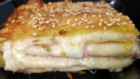 Λαχταριστή ζαμπονοτυροπιτα με διάφορα τυριά, κρέμα & σουσάμι