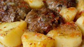 Μαμαδίστικα μπιφτέκια με πατάτες στον φούρνο