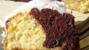 Δίχρωμο κέικ βανίλια σοκολάτα με κρέμα και επικάλυψη σαντιγί