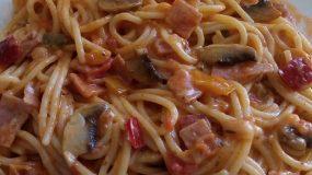 Σπαγγέτι με γεύση πίτσας με διάφορα λαχανικά και μορταδέλα