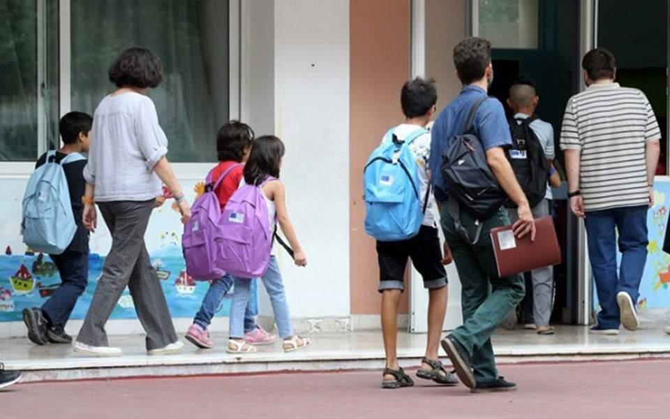 Κλειστά σχολεία λόγω κορονοϊού στην Ελλάδα: Τι θα γίνει με τους γονείς που δουλεύουν;