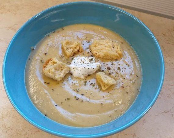Σούπα βελουτέ από κόκκινες φακές με σως γιαουρτιού και παξιμάδι
