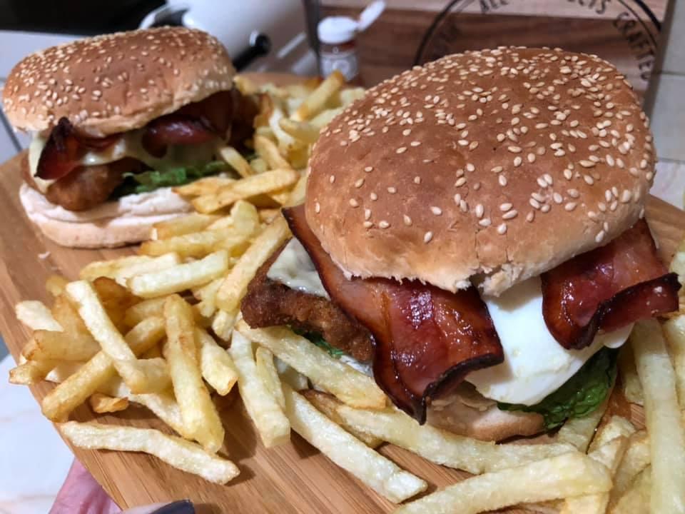 Σπιτικά burger με κοτόπουλο,μπέικον και τηγανιτές πατάτες!