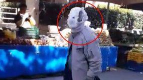 Viral: Ηλικιωμένος πήγε στη λαϊκή με πάνα βρακάκι στο κεφάλι για προστασία από τον κορονοϊό