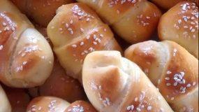 Η πιο εύκολη συνταγή για αφράτα κρουασανάκια με γιαούρτι