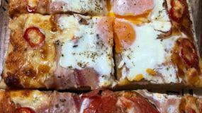 Αφράτη σπιτική πίτσα σπέσιαλ με αυγά σαν τηγανιτά!