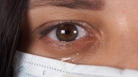 Κορονοϊός: Μεταδίδεται και με τα δάκρυα-Τι να προσέχουν όσοι φορούν φακούς επαφής
