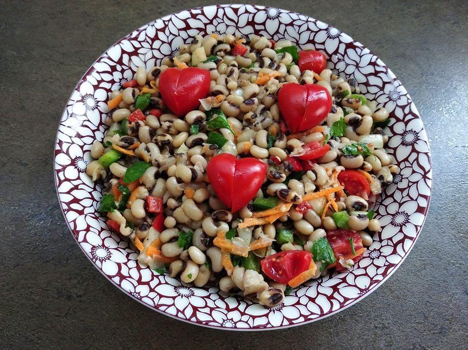 Σαλάτα με φασόλια μαυρομάτικα, πιπεριές και ντοματίνια