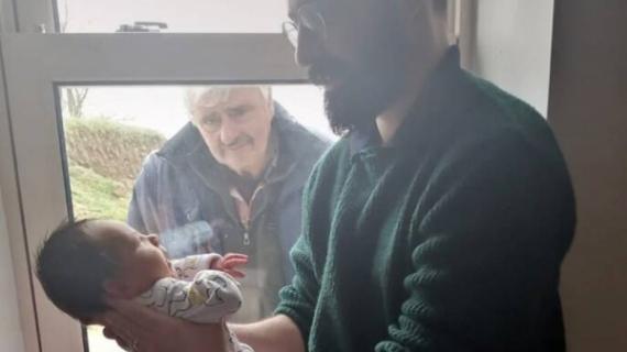 Συγκινητική φωτό: Παππούς βλέπει για πρώτη φόρα το εγγόνι του έξω από το παράθυρο εξαιτίας του κορονοϊού!