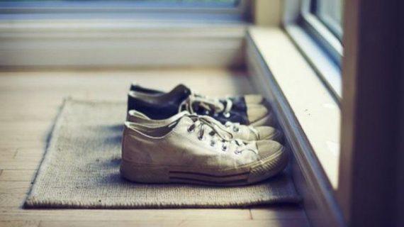 Κορωνοϊός: Δείτε πόσες μέρες μπορεί να ζήσει στα παπούτσια και τι πρέπει να κάνουμε